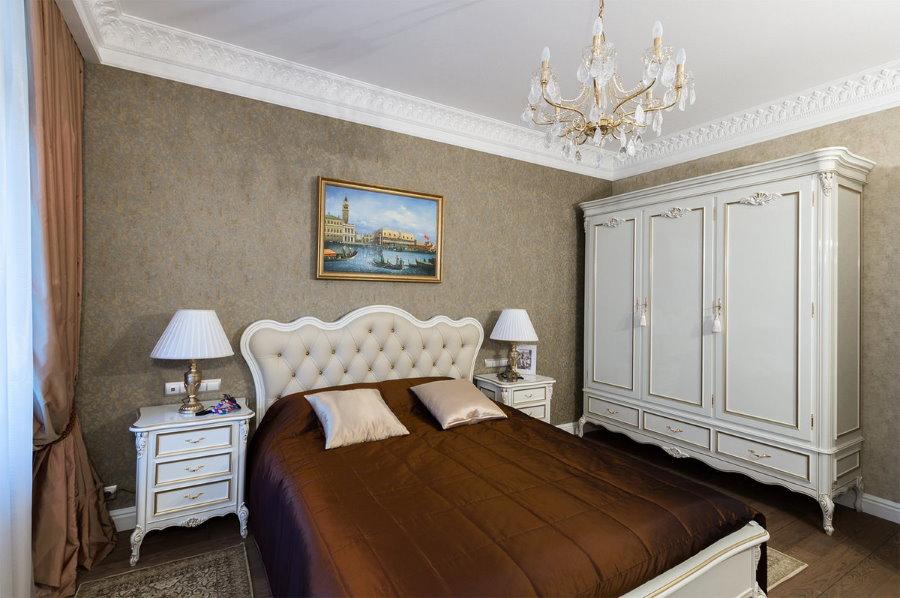 Распашной шкаф в спальне с дорогими обоями