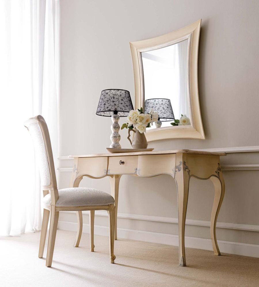 Туалетный столик в спальне классического стиля