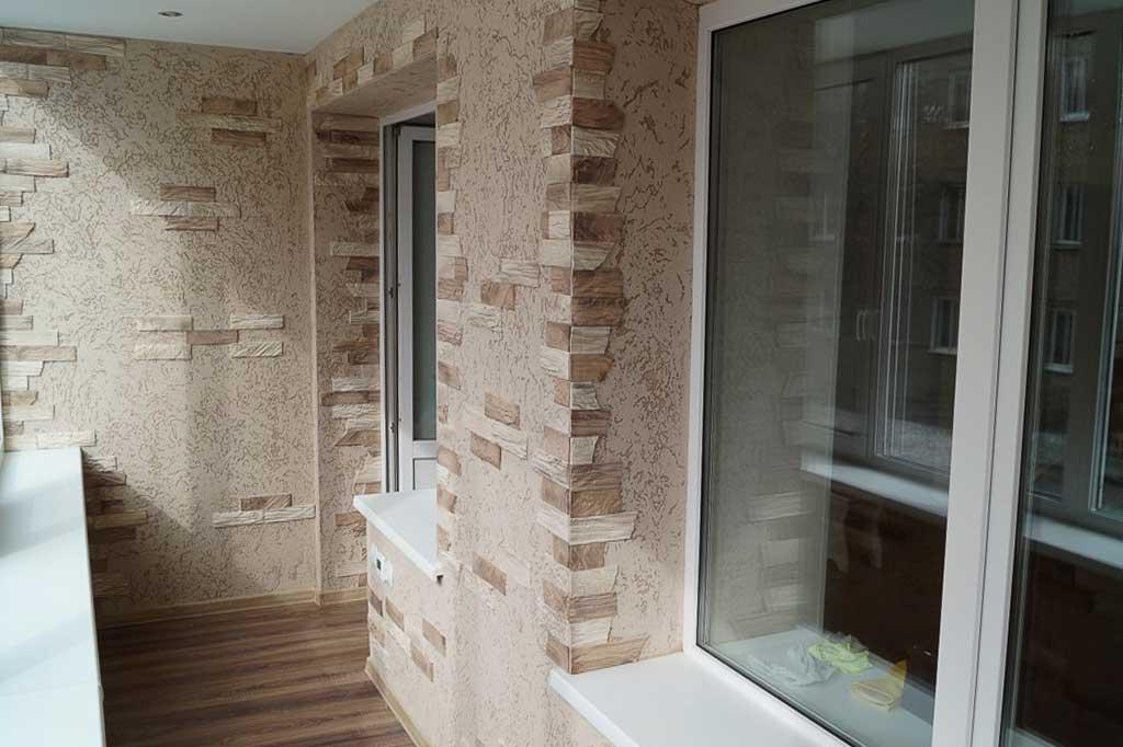 Облицовка декоративным камнем стен на балконе