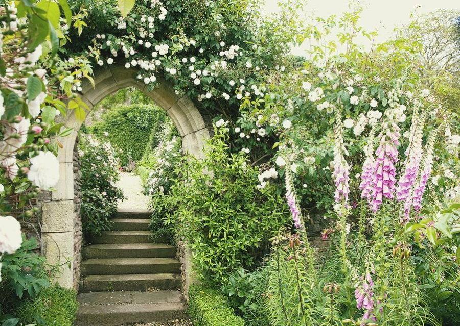 Каменная арка над садовой дорожкой