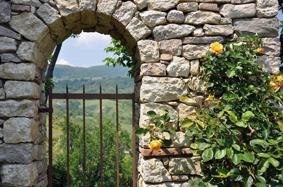 Каменная арка над калиткой в саду