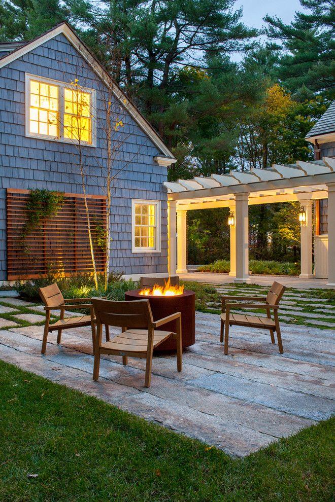Садовая мебель из дерева на каменных плитах