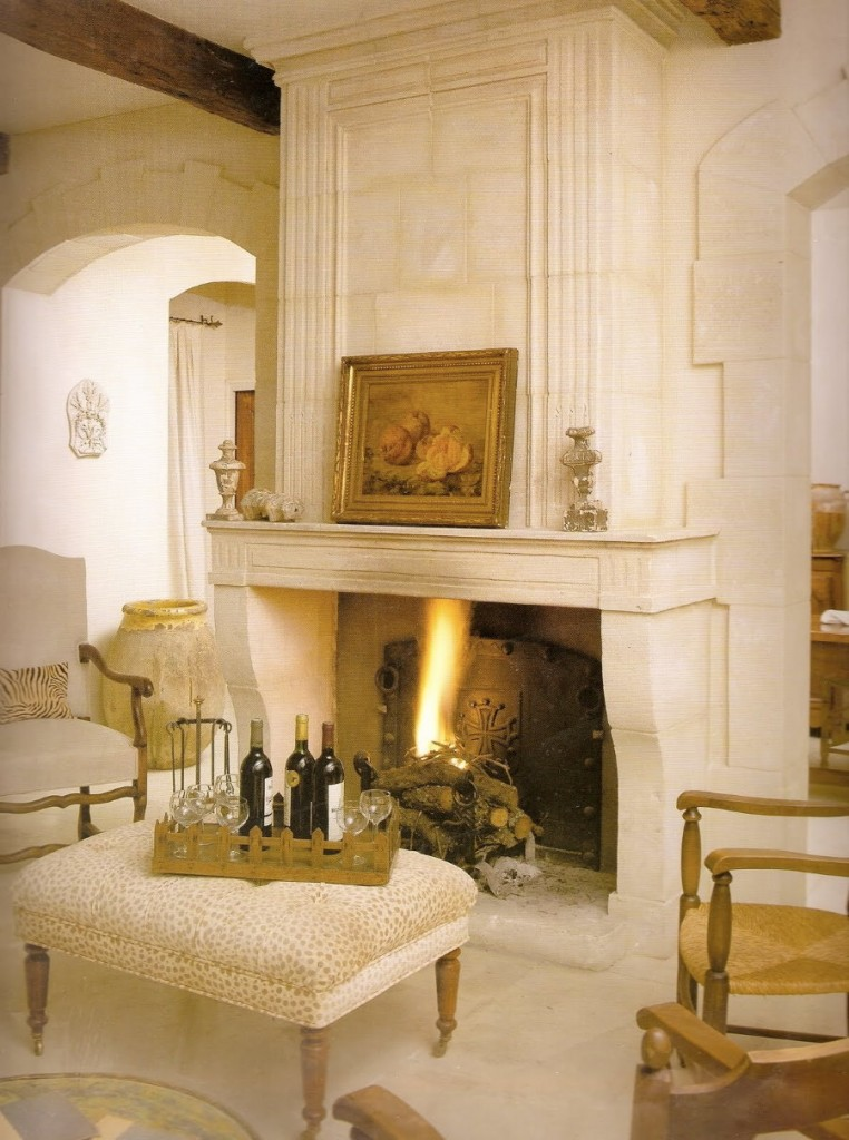 Отделка камина в гостиной стиля прованс
