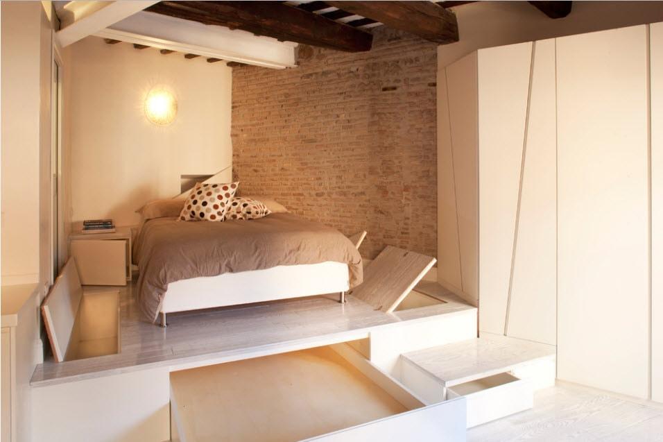 Каркасный подиум с местом для хранения постельных принадлежностей