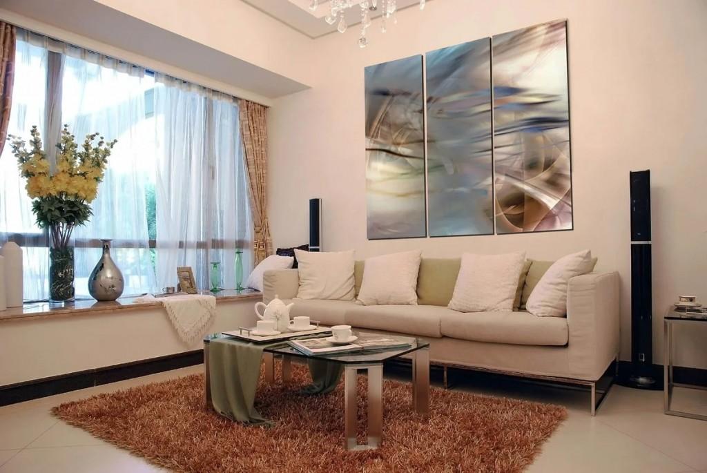 Модульная картина над диваном со светлой обивкой