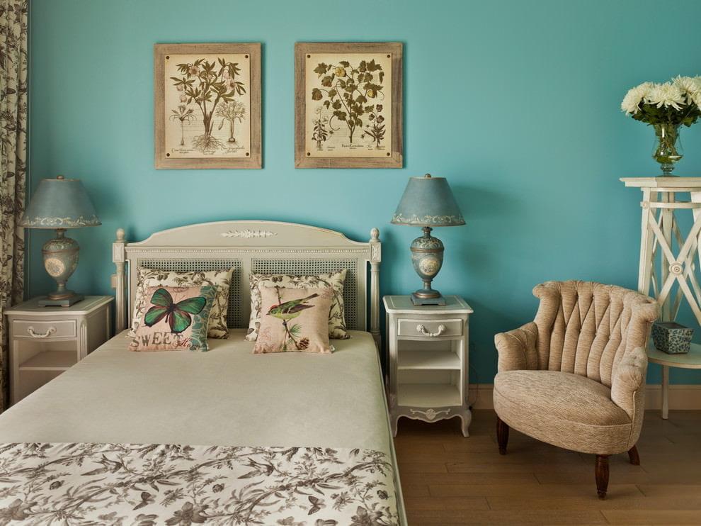 Бирюзовая стена над кроватью в спальне