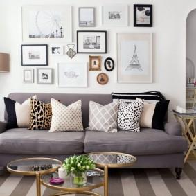 Оформление стены над диваном мелкими картинами