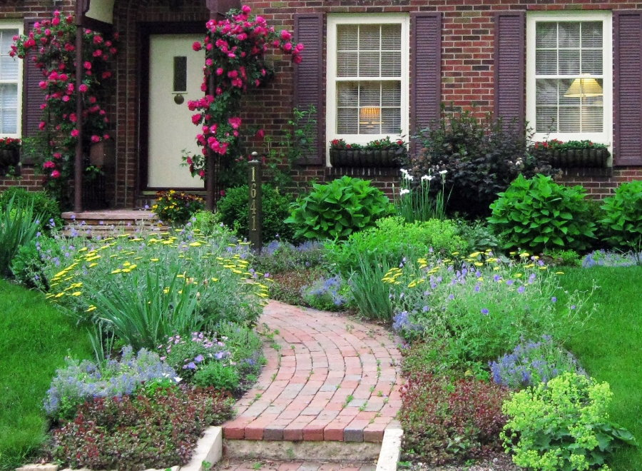 Кирпичная дорожка к загородному дому