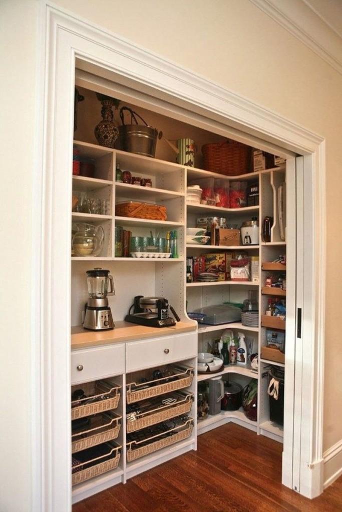 Удобная кладовка в нише кухни однокомнатной квартиры