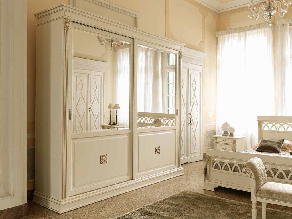 Шкаф-купе из светлого дерева в классической спальне
