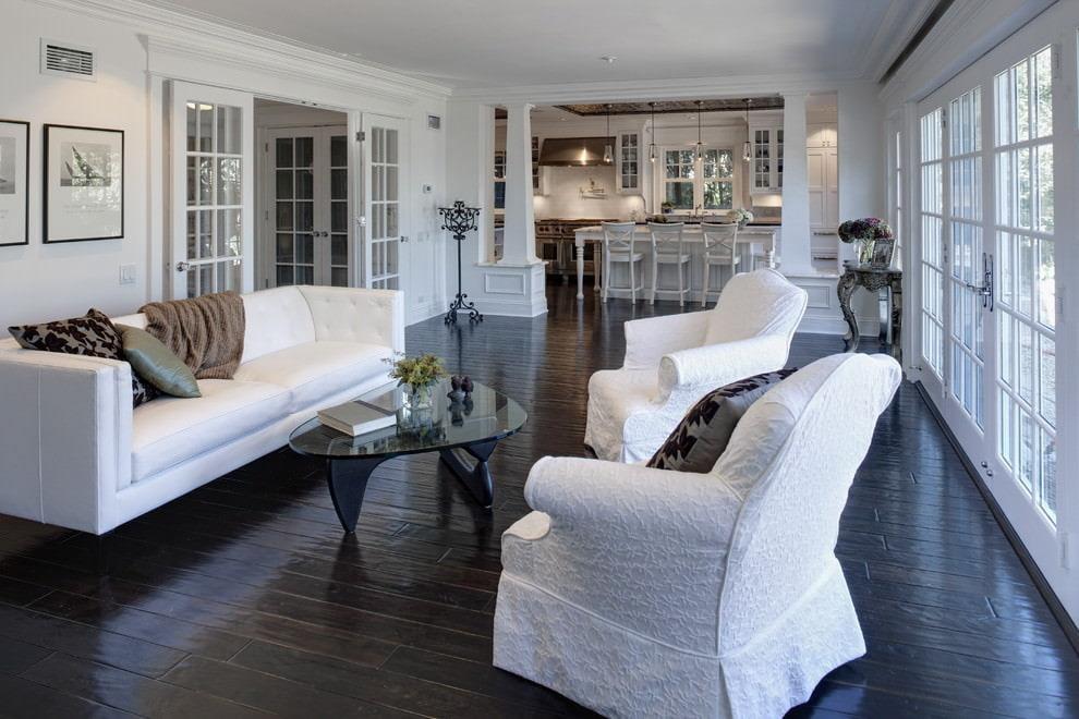 Черный пол из доски в гостиной классического стиля