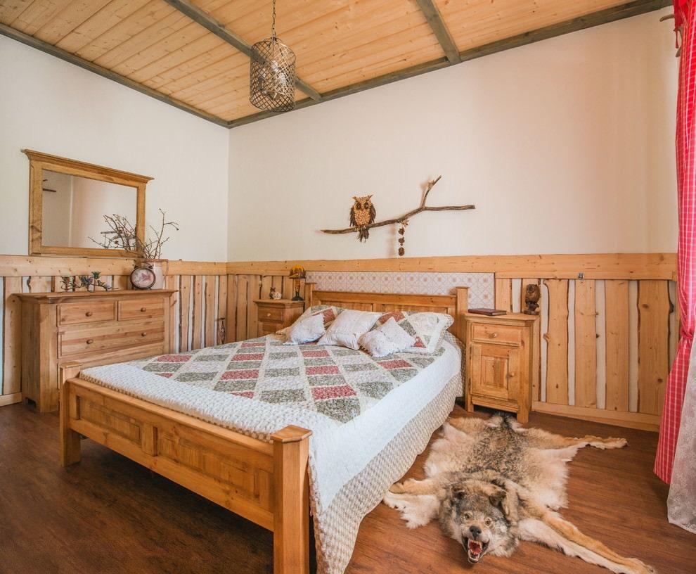 Декор деревом крашенных стен в спальне