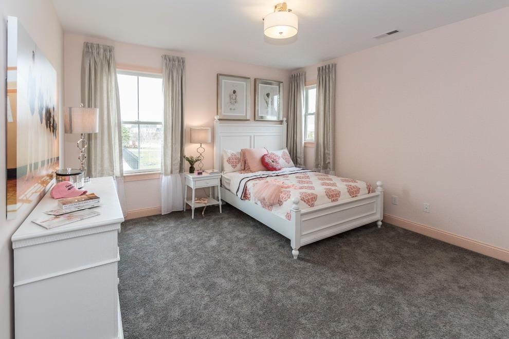 Белый комод вдоль стены спальной комнаты