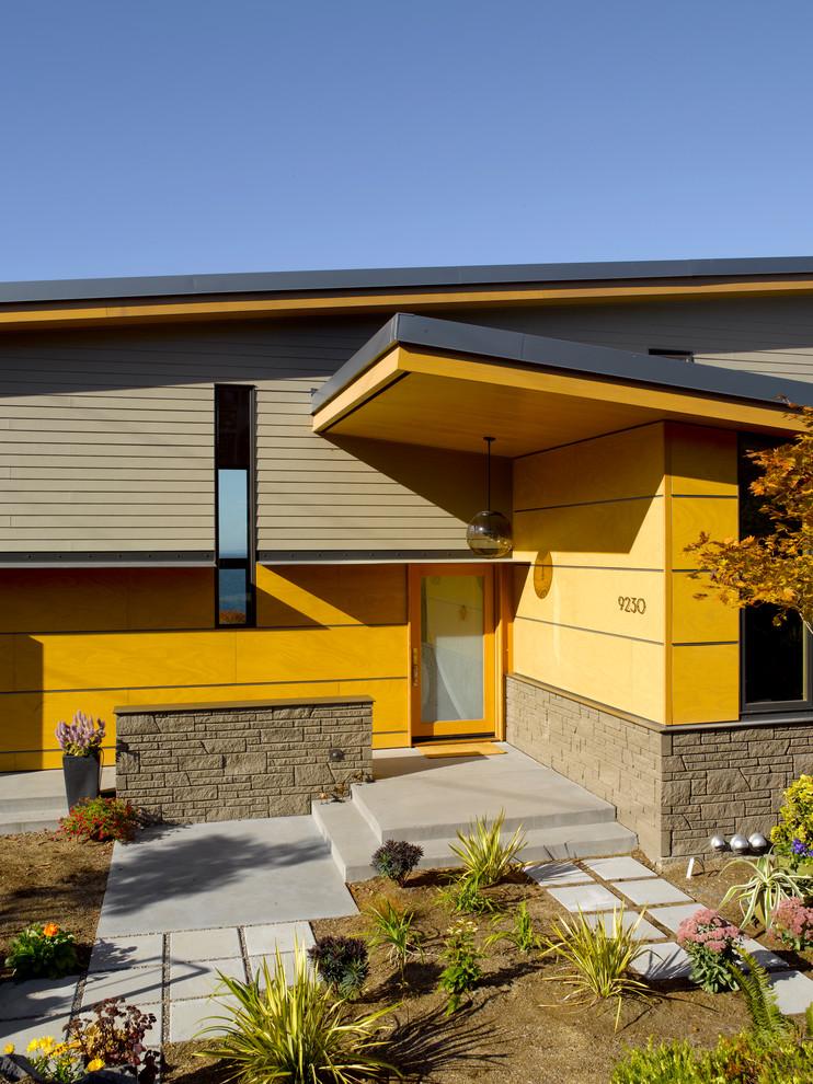 Комбинация серых и желтых панелей на фасада дома
