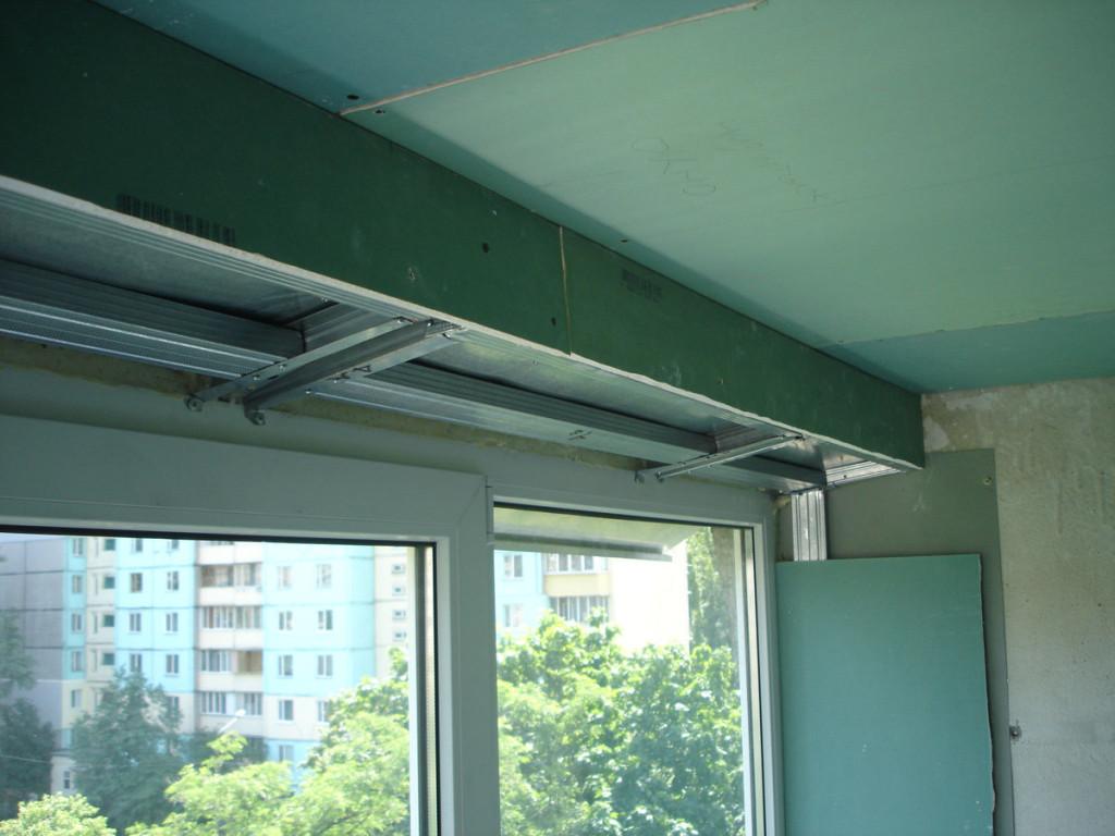 Короб из гипсокартона на потолке балкона