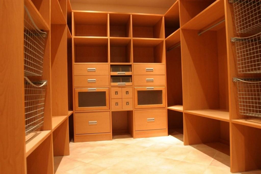 Расстановка корпусной мебели в П-образной гардеробной