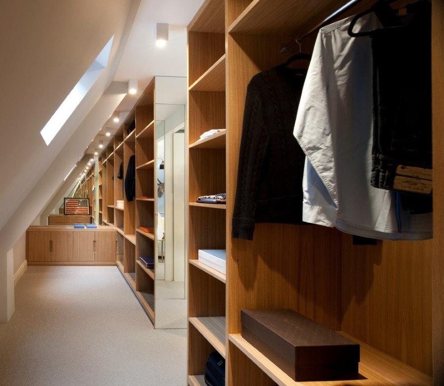 Каркасная гардеробная под склоном потолка в мансарде