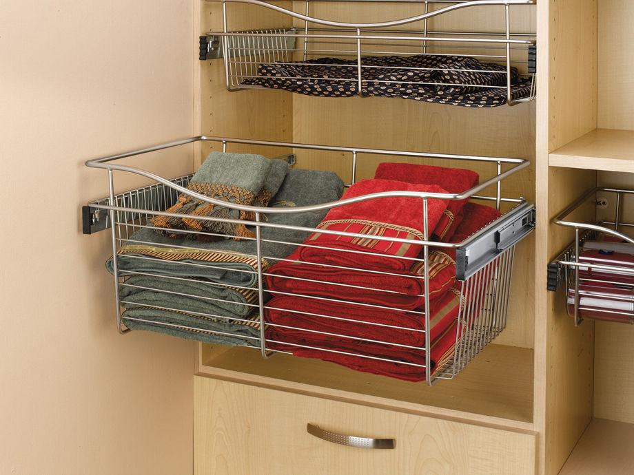 Сетчатая выдвижная корзина в корпусной гардеробной