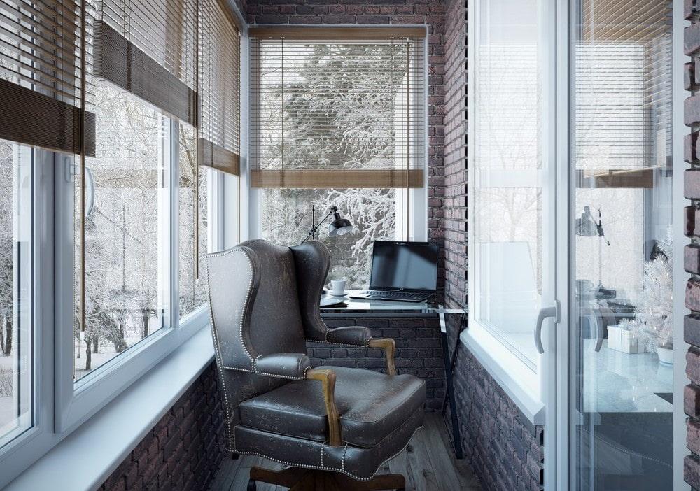 Кожаный офисный стул на балконе кирпичного дома