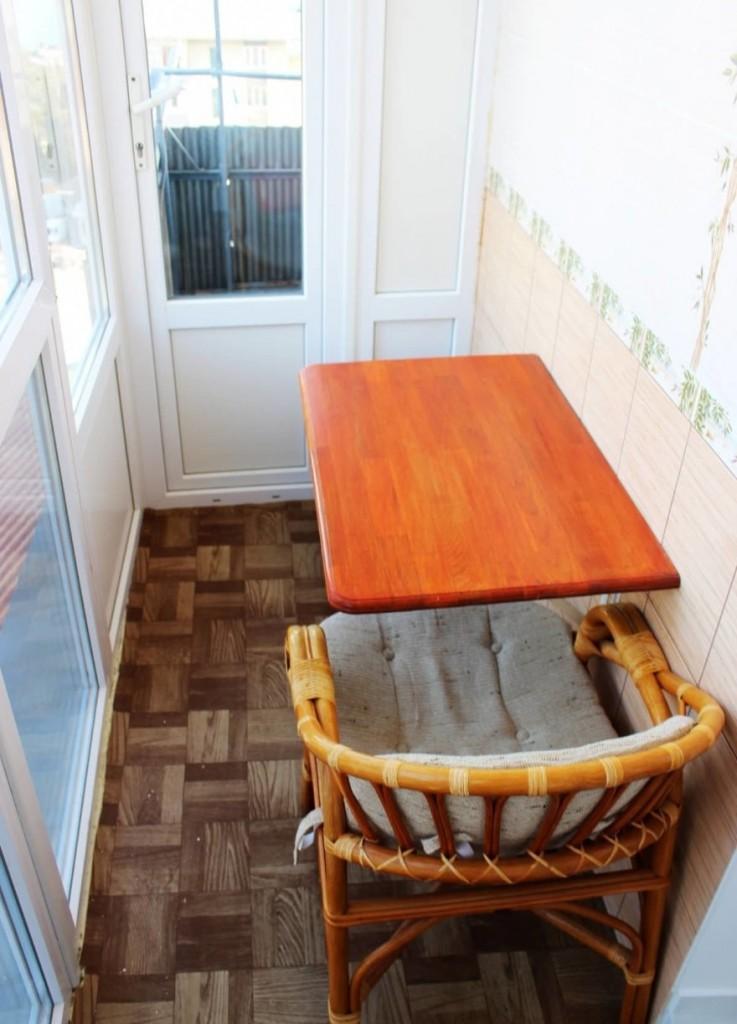 Красивый откидной столик с лакированной столешницей