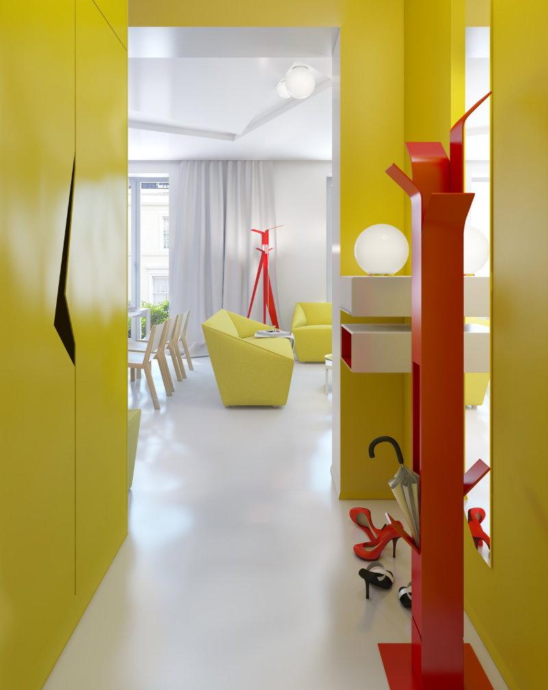 Желтые стены в прихожей небольшой площади