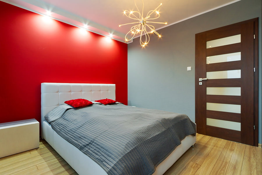Красная стена в спальне стиля минимализма