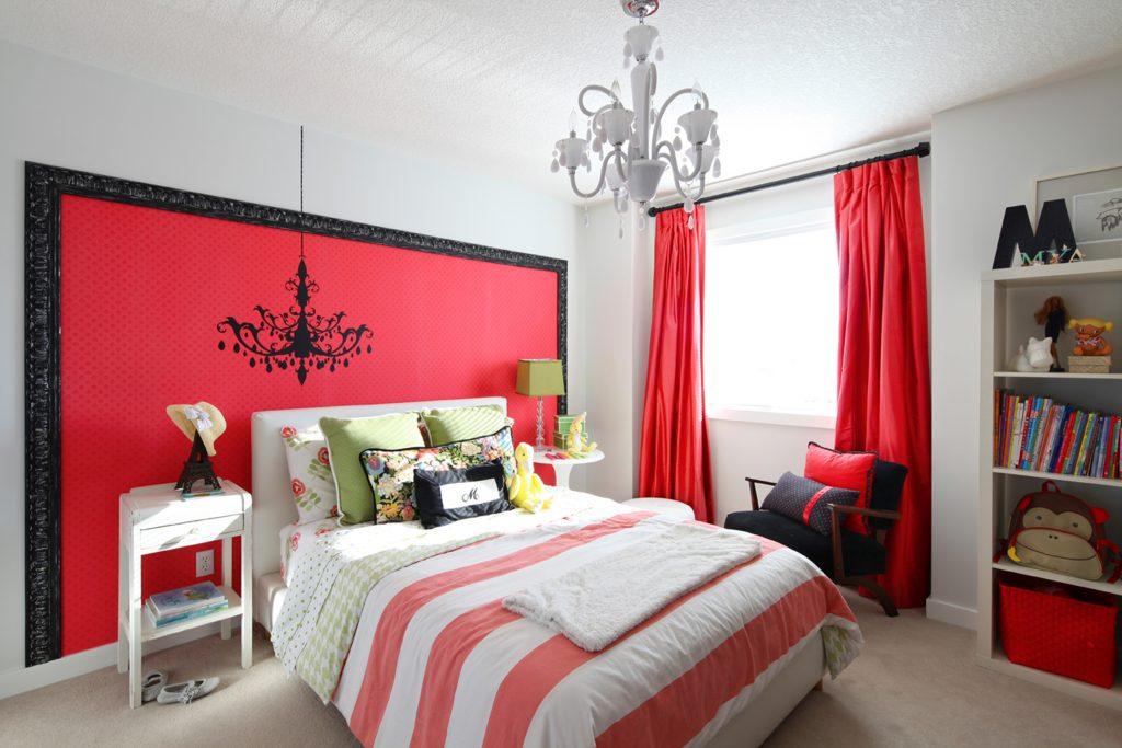 Красные акценты в светлой спальне