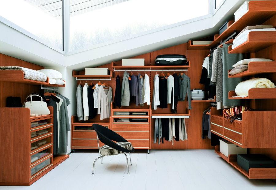 Меблировка гардеробной комнаты на чердаке дома