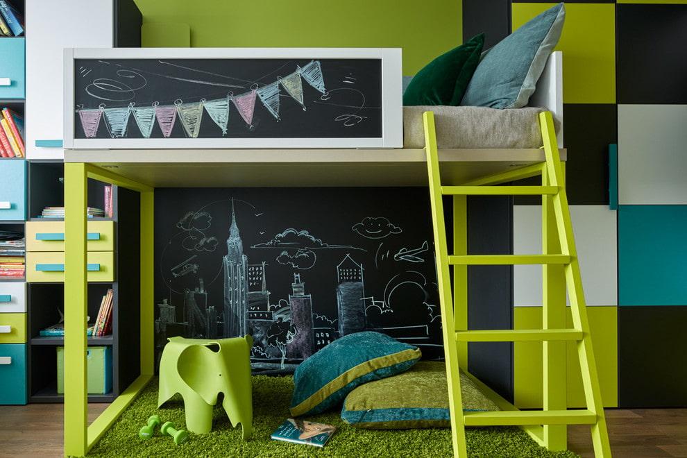 Место для игр на нижнем ярусе детской кровати-чердака