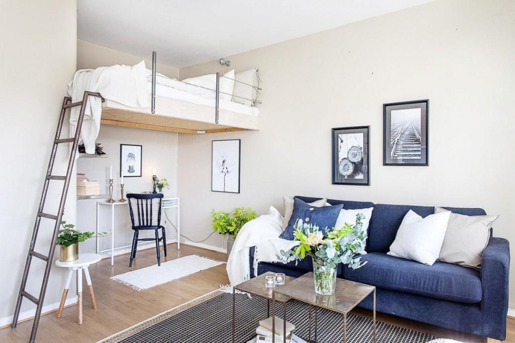 Кровать-чердак в нише стены однокомнатной квартиры