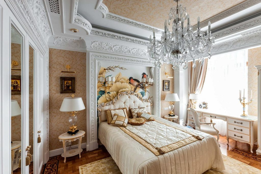 Красивый потолок в спальне классического стиля