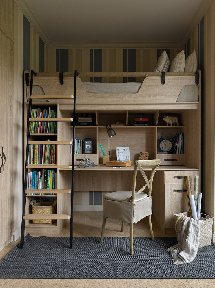 Удобный письменный стол на нижнем ярусе кровати-чердака