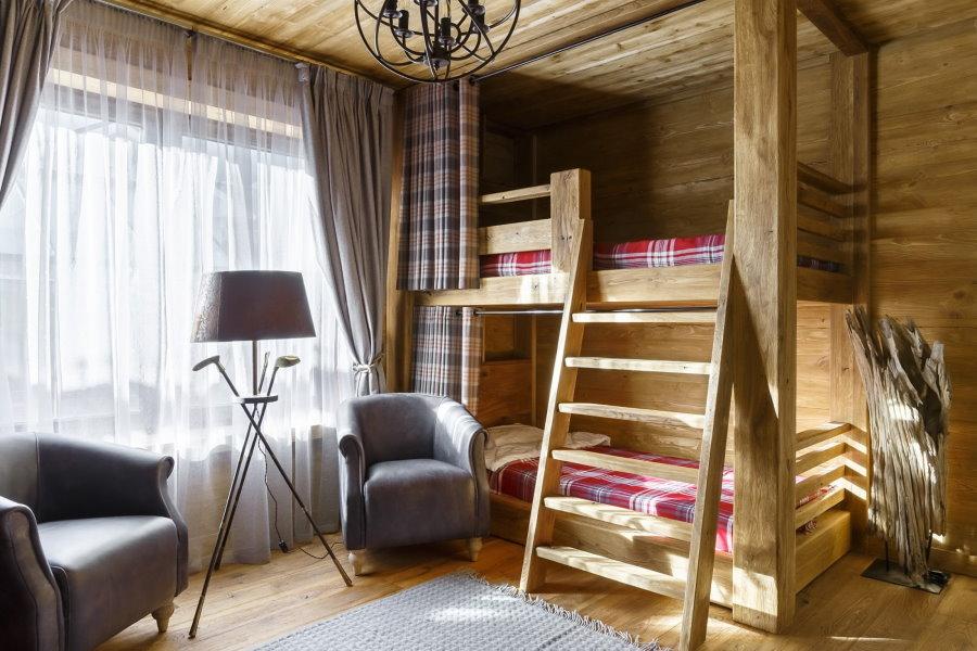 Подростковая двухъярусная кровать в спальне мальчиков