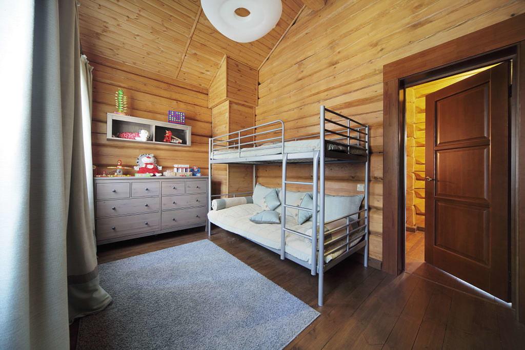 Металлическая двухъярусная кровать в спальне разнополых детей