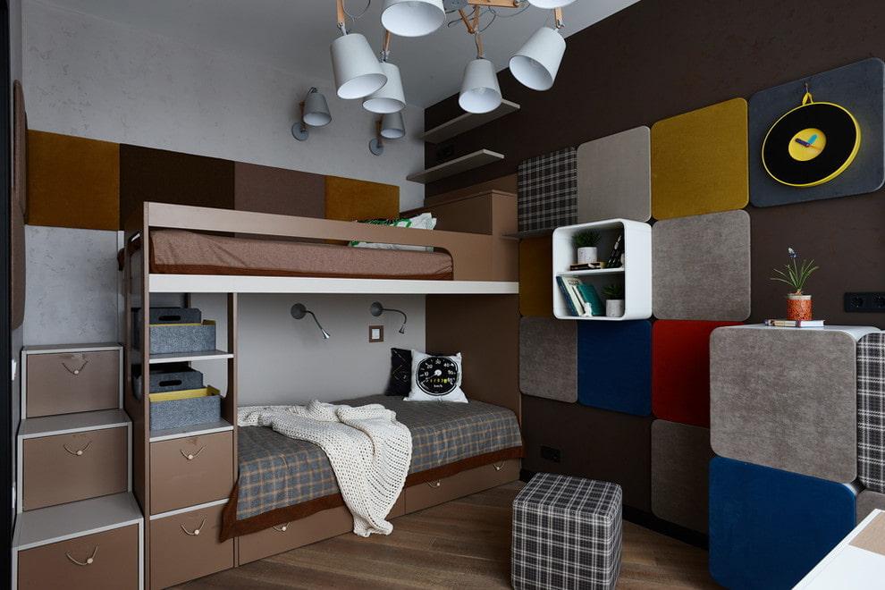Кровать в два яруса в комнате мальчиков школьного возраста