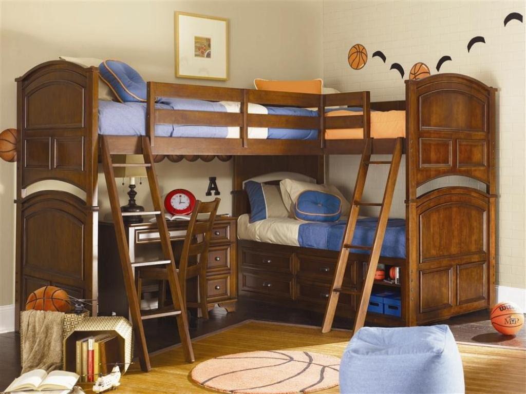 Детская двухъярусная кровать в комнате мальчиков