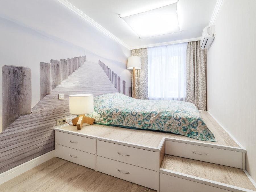 Кровать на подиуме в узкой спальне
