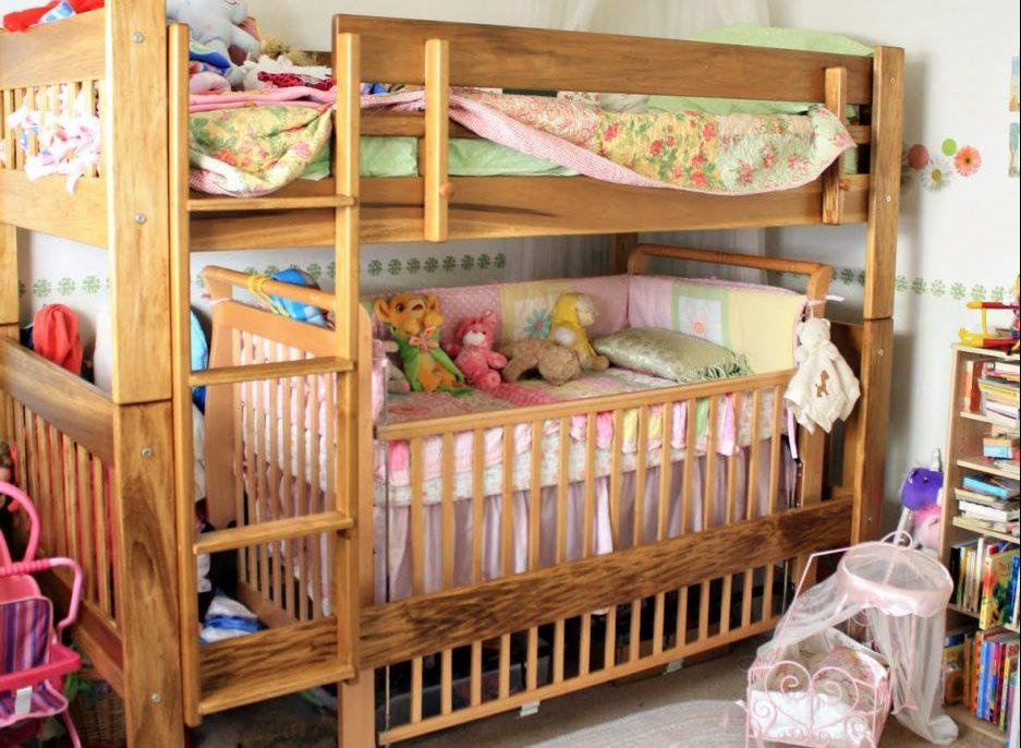 Деревянная двухъярусная кровать с люлькой внизу