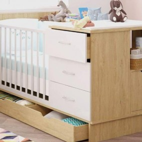 Компактная кроватка со столиком для новорожденного