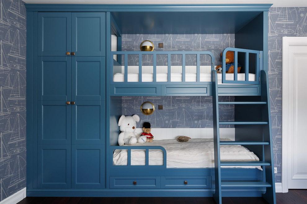 Синяя двухъярусная кровать со шкафом в комнате мальчиков