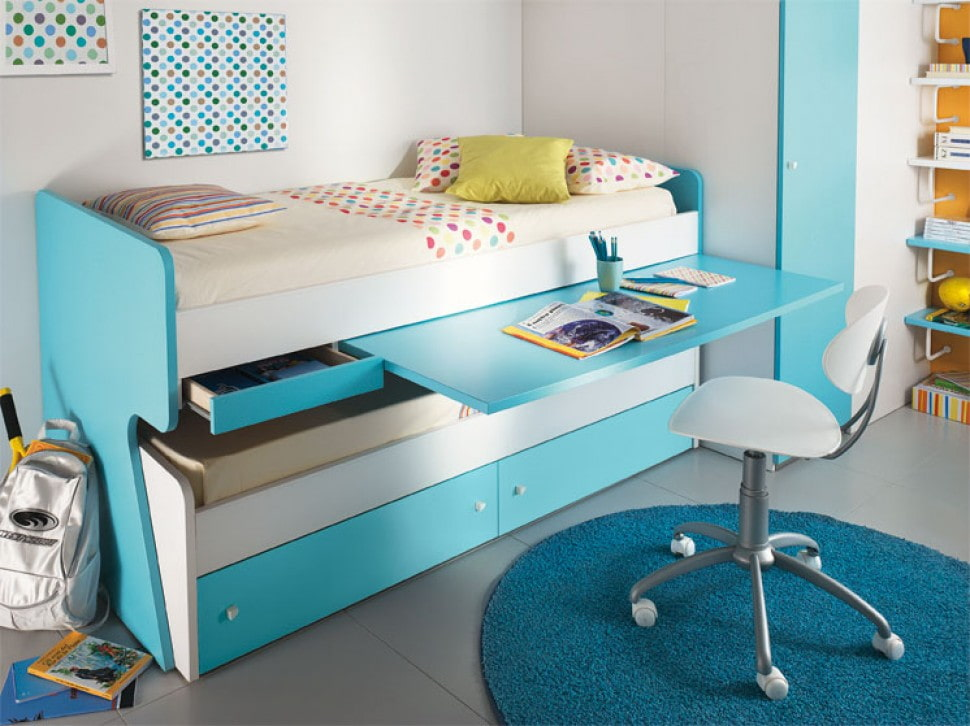Выдвижной столик на детской кровати синего цвета