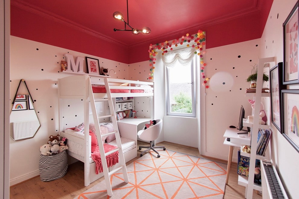 Кровать со столом в комнате с красным потолком