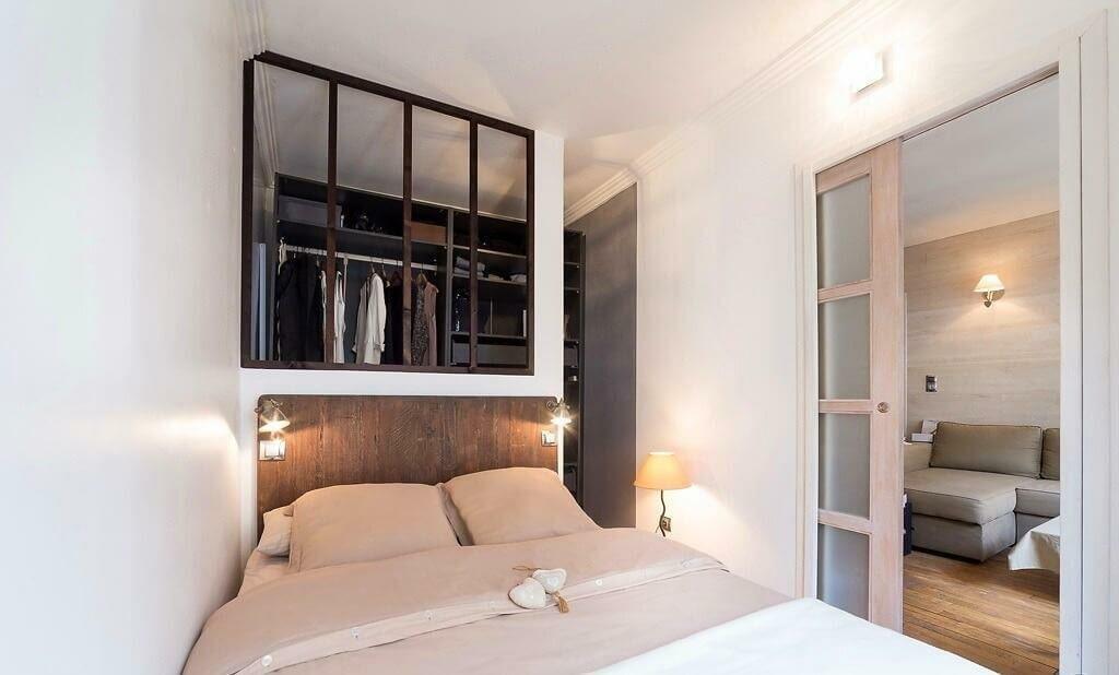 Гардероб в узкой комнате с кроватью у стены
