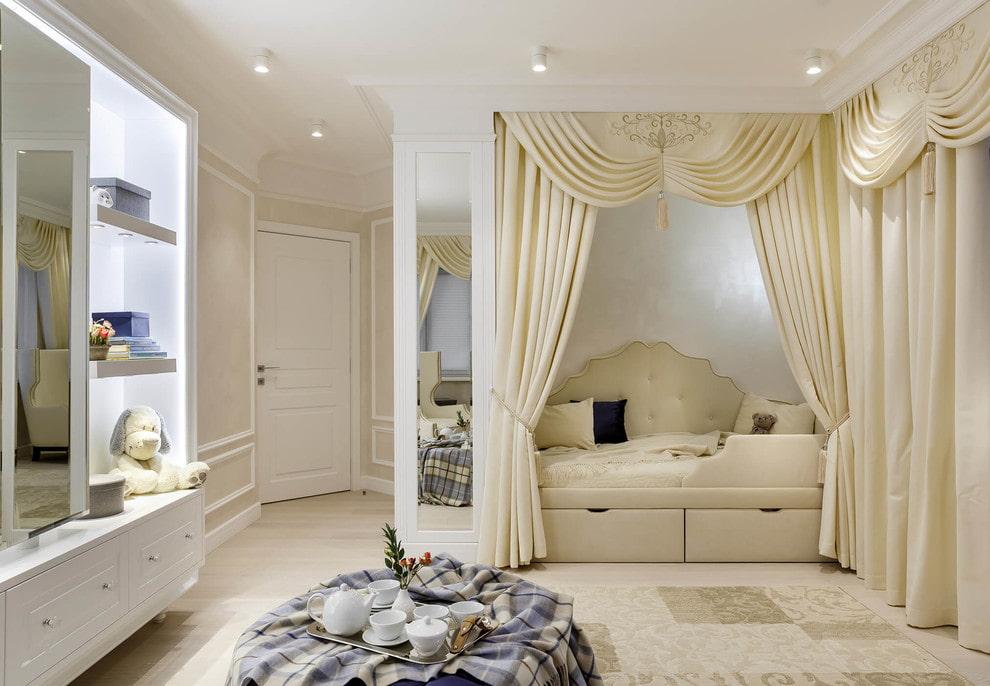 Красивые шторы над кроватью в нише