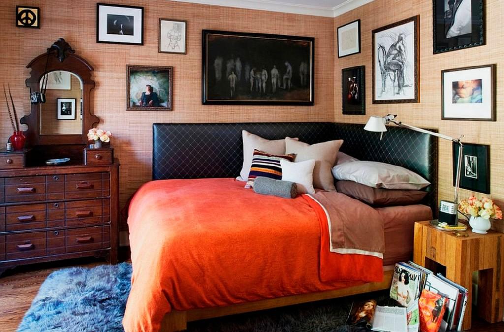 Угловая кровать в спальне загородного дома
