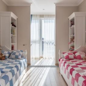 Разные одеяла на кроватях для мальчика и девочки