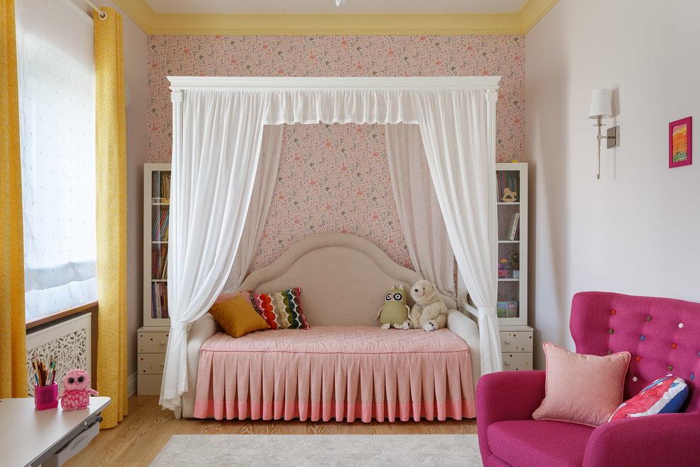 Одноярусная кровать в комнате девочки