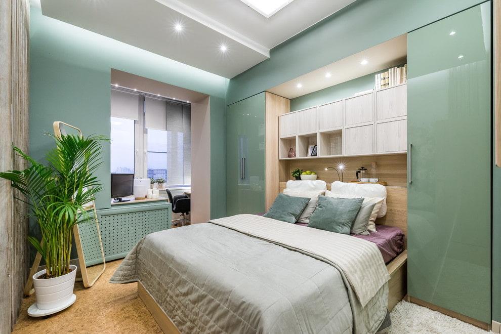 Встроенная мебель в маленькой спальне с утепленным балконом