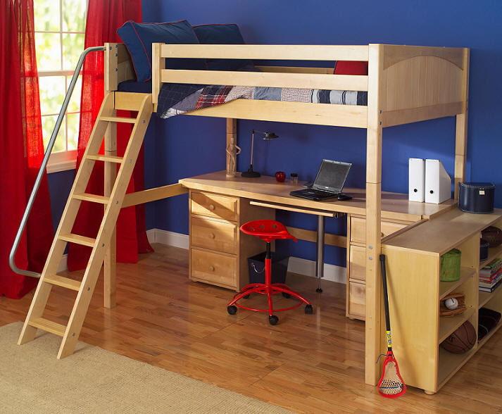 Кровать со столом в комнате школьника