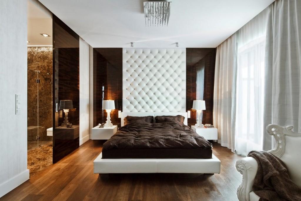 Деревянный пол в спальне с белыми шторами